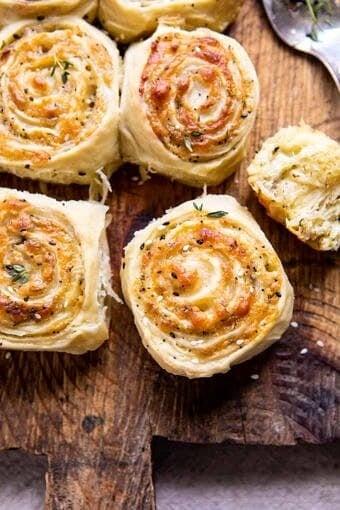 Herby Everything Cheddar Swirl Buns | halfbakedharvesr.com #bread #everythingspice #cheddar #easter #cheddar #bread