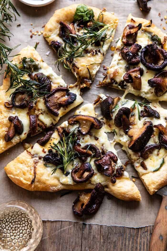 """vue aérienne de la pizza aux champignons à l'oignon français """"width ="""" 700 """"height ="""" 1050 """"srcset ="""" https://www.halfbakedharvest.com/wp-content/uploads/2019/10/French-Onion-Mushroom-Pizza -6-700x1050.jpg 700w, https://www.halfbakedharvest.com/wp-content/uploads/2019/10/French-Onion-Mushroom-Pizza-6-350x525.jpg 350w, https: //www.halfbakedharvest .com / wp-content / uploads / 2019/10 / French-Onion-Mushroom-Pizza-6-768x1152.jpg 768w, https://www.halfbakedharvest.com/wp-content/uploads/2019/10/French- Oignon-Champignon-Pizza-6.jpg 1200w """"tailles ="""" (largeur max: 700px) 100vw, 700px"""