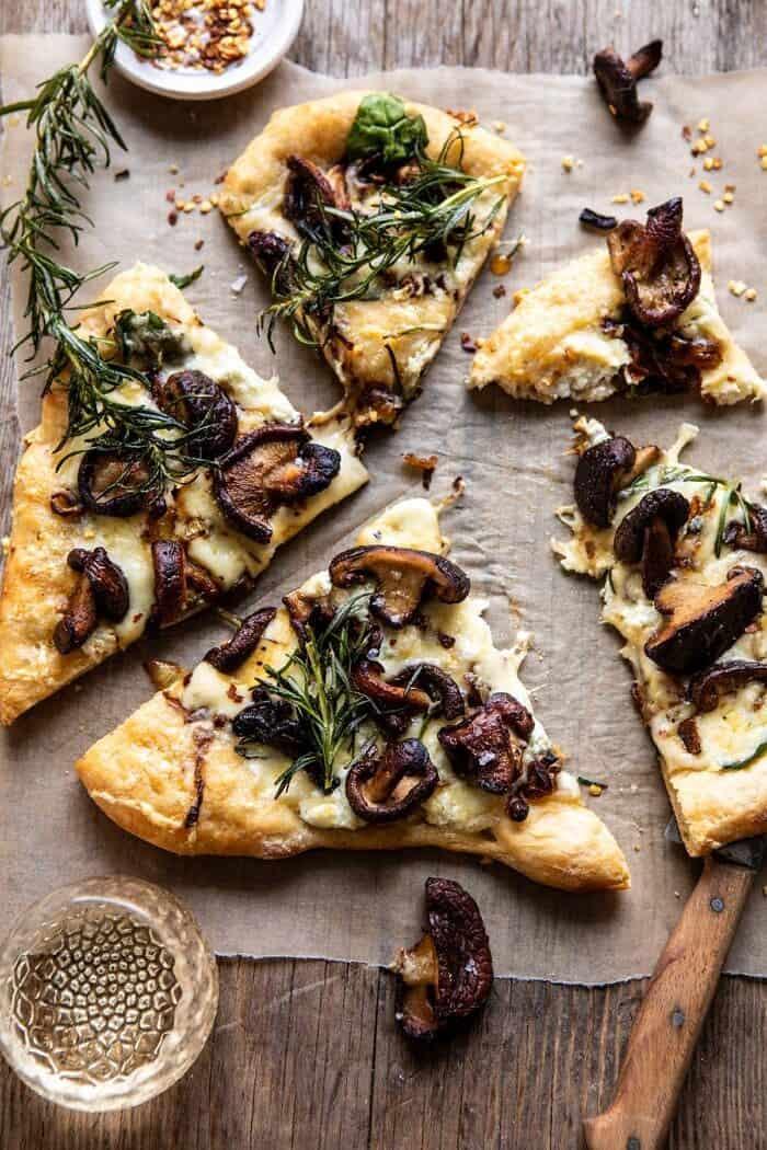 """photo aérienne de la pizza aux champignons à l'oignon français avec une bouchée de pizza """"width ="""" 700 """"height ="""" 1050 """"srcset ="""" https://www.halfbakedharvest.com/wp-content/uploads/2019/10/French-Onion -Mushroom-Pizza-7-700x1050.jpg 700w, https://www.halfbakedharvest.com/wp-content/uploads/2019/10/French-Onion-Mushroom-Pizza-7-350x525.jpg 350w, https: / /www.halfbakedharvest.com/wp-content/uploads/2019/10/French-Onion-Mushroom-Pizza-7-768x1152.jpg 768w, https://www.halfbakedharvest.com/wp-content/uploads/2019/ 10 / French-Onion-Mushroom-Pizza-7.jpg 1200w """"tailles ="""" (largeur max: 700px) 100vw, 700px"""