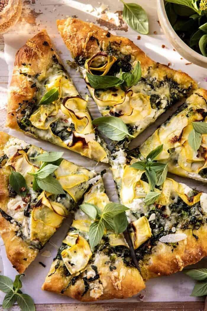 "photo en gros plan d'une pizza Garden Greens Goddess ""width ="" 700 ""height ="" 1050 ""data-pin-title ="" Pizza Garden Greens Goddess | halfbakedharvest.com ""srcset ="" https://www.halfbakedharvest.com/wp-content/uploads/2020/05/Garden-Greens-Goddess-Pizza-5-700x1050.jpg 700w, https: //www.halfbakedharvest. com / wp-content / uploads / 2020/05 / Garden-Greens-Goddess-Pizza-5-350x525.jpg 350w, https://www.halfbakedharvest.com/wp-content/uploads/2020/05/Garden-Greens -Goddess-Pizza-5-768x1152.jpg 768w, https://www.halfbakedharvest.com/wp-content/uploads/2020/05/Garden-Greens-Goddess-Pizza-5-1024x1536.jpg 1024w, https: / /www.halfbakedharvest.com/wp-content/uploads/2020/05/Garden-Greens-Goddess-Pizza-5.jpg 1200w ""tailles ="" (largeur max: 700px) 100vw, 700px"