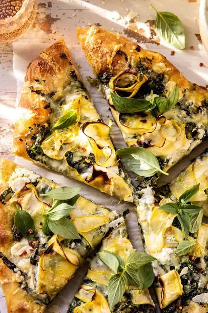 "photo en gros plan d'une pizza Garden Greens Goddess ""width ="" 700 ""height ="" 1050 ""data-pin-title ="" Pizza Garden Greens Goddess | halfbakedharvest.com ""srcset ="" https://www.halfbakedharvest.com/wp-content/uploads/2020/05/Garden-Greens-Goddess-Pizza-7-700x1050.jpg 700w, https: //www.halfbakedharvest. com / wp-content / uploads / 2020/05 / Garden-Greens-Goddess-Pizza-7-350x525.jpg 350w, https://www.halfbakedharvest.com/wp-content/uploads/2020/05/Garden-Greens -Goddess-Pizza-7-768x1152.jpg 768w, https://www.halfbakedharvest.com/wp-content/uploads/2020/05/Garden-Greens-Goddess-Pizza-7-1024x1536.jpg 1024w, https: / /www.halfbakedharvest.com/wp-content/uploads/2020/05/Garden-Greens-Goddess-Pizza-7.jpg 1200w ""tailles ="" (largeur max: 700px) 100vw, 700px"