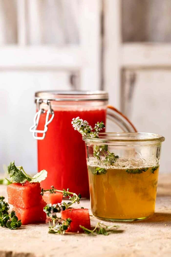 "photo latérale du sirop de thym ""width ="" 700 ""height ="" 1050 ""data-pin-title ="" Lemon-Thyme Vodka Watermelon Lemonade 