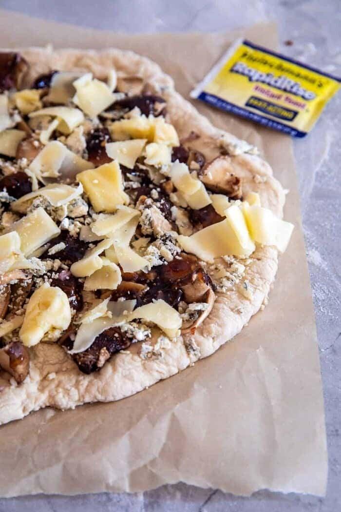 Balsamico Mushroom Fontina Pizza voordat je de oven in gaat