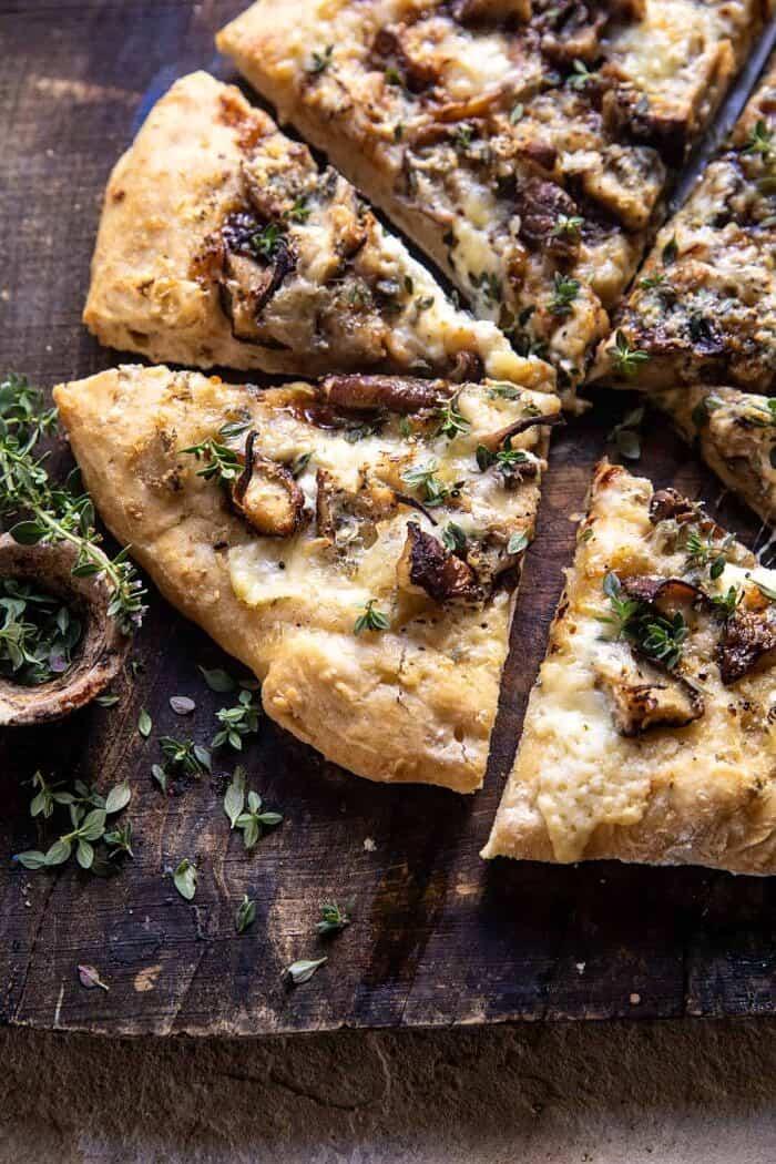 kant schuine close-up foto van Balsamic Mushroom Fontina Pizza